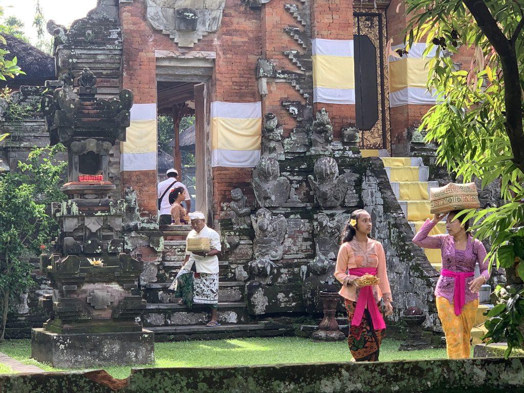 Balinezen in de dorpstempel