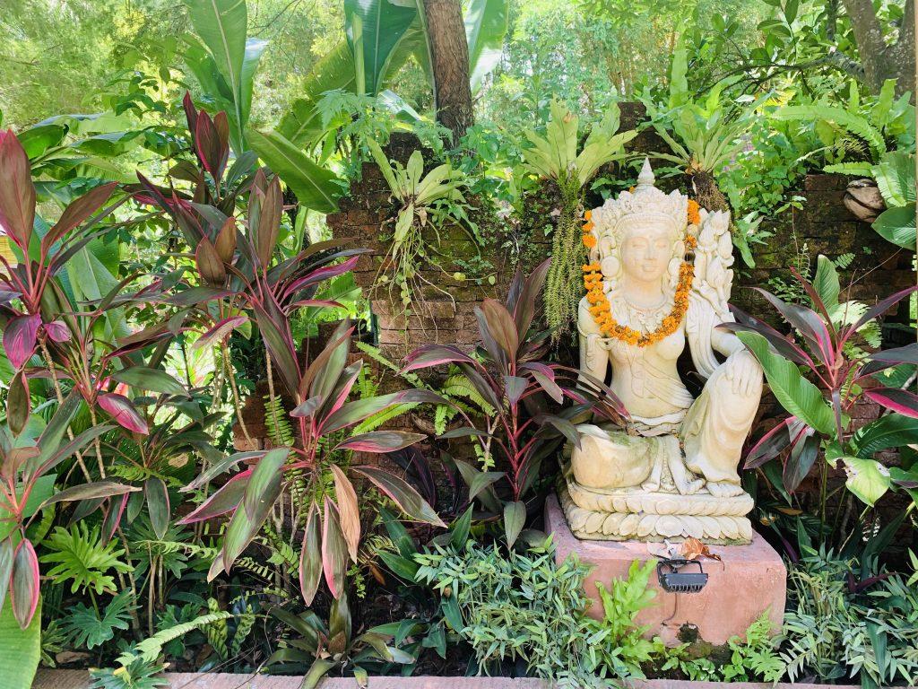 één van de vele standbeelden met een god in Bali