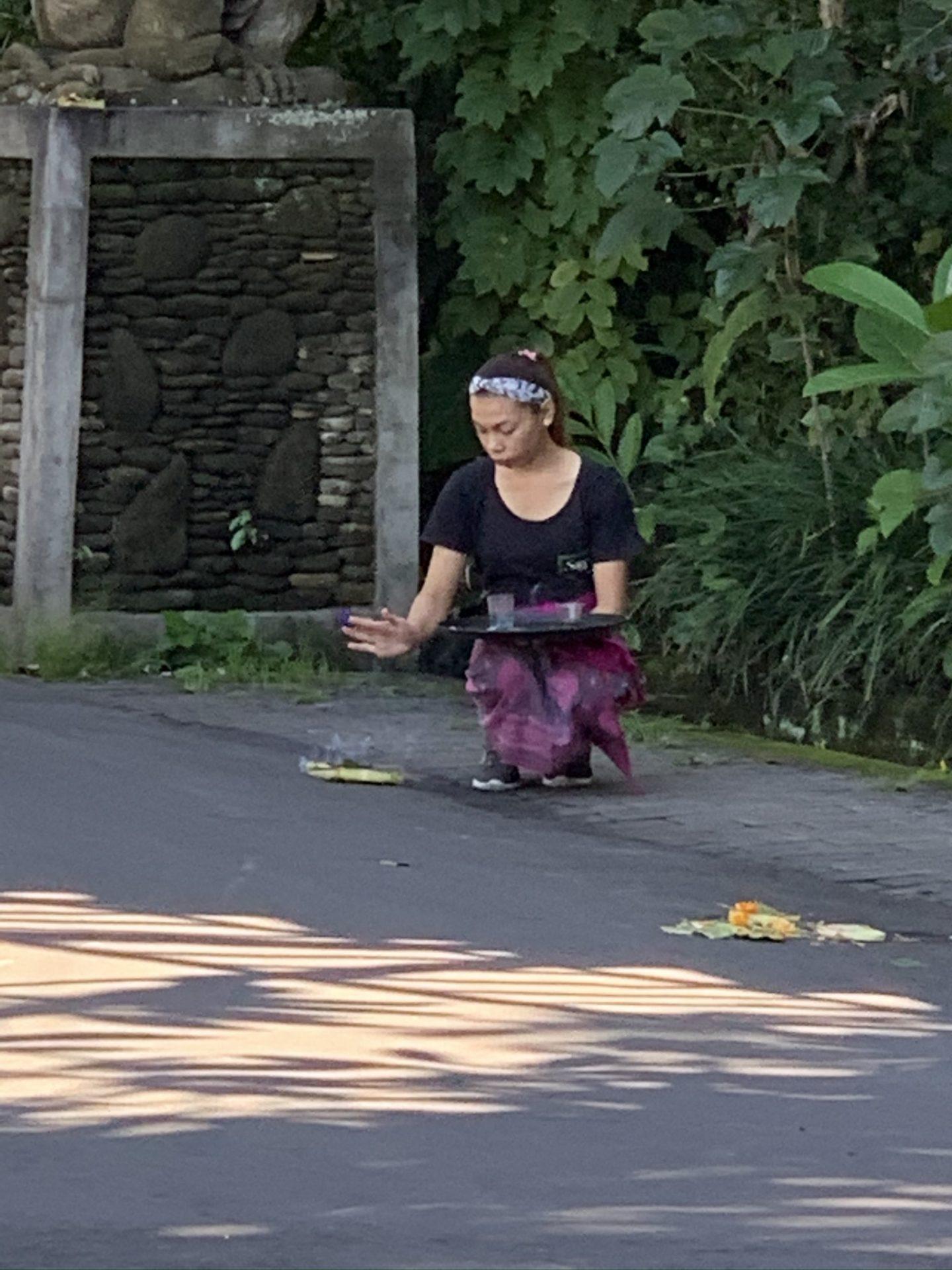 Een meisje tijdens haar dagelijkse offer ronde