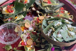 Plateau vol met offer mandjes in Bali
